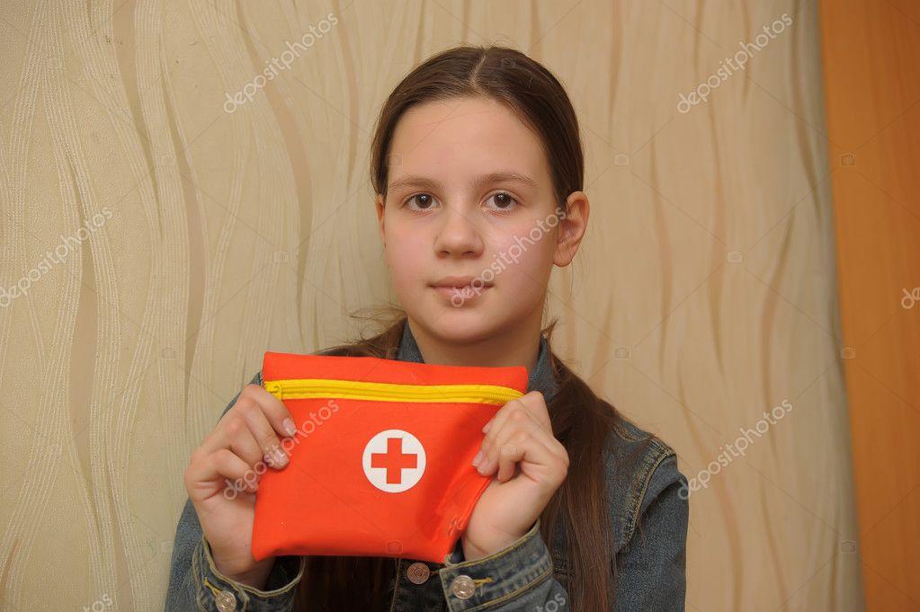 Das Mädchen Den Teenager Betrieb Erste Hilfe Kasten