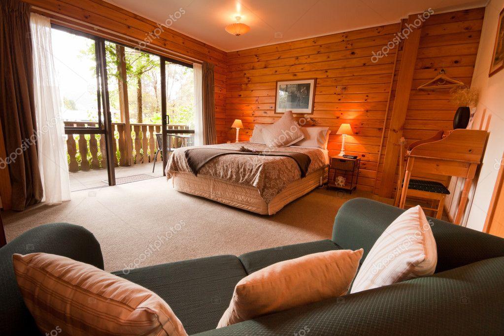 interno della camera da letto in legno lodge di montagna — Foto ...