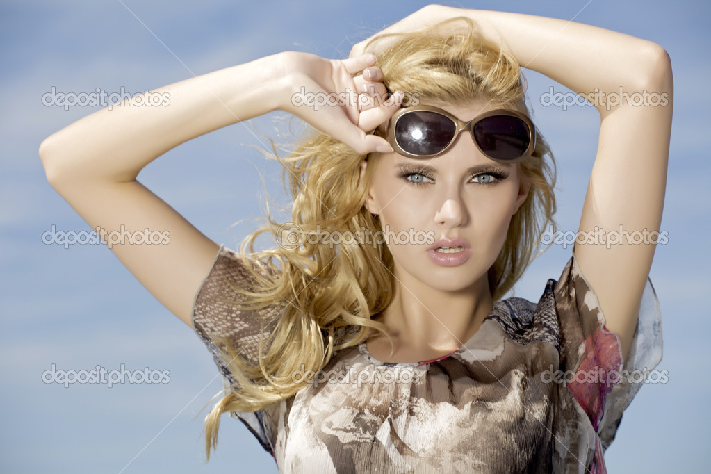Сексуальные брюнетки в солнечных очках и адидасе фото 93-912