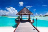 Bootssteg mit Meerblick auf der tropischen Insel