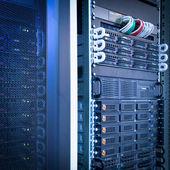 Fotografie Server-Rack-Cluster in einem Rechenzentrum