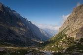 pohled na alpské vrcholky hor v údolí restonica, Korsika, fran