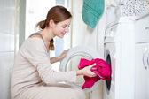 Fotografie Domácí práce: mladá žena prala