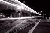 provoz přes centrální hong kong v noci v černé a bílé