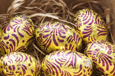 barevné velikonoční vejce v hnízdě