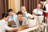 Fotografia dirigenti dazienda pranzo guardando il menu ristorante