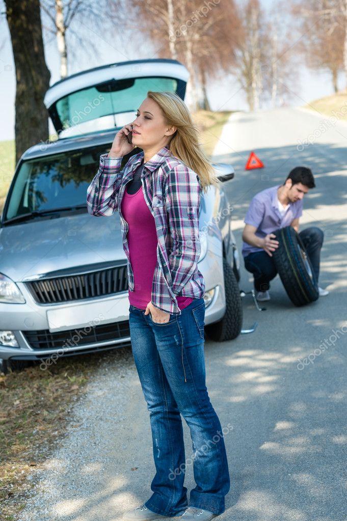 femme appelant pour roue de voiture aide changement photographie candyboximages 10234666. Black Bedroom Furniture Sets. Home Design Ideas