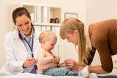 Pediatr check-up holčička s stetoskop