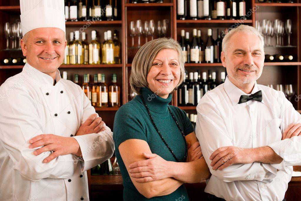 Gerente de restaurante posando con personal profesional — Fotos de ...