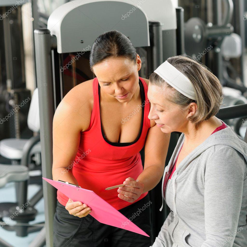 4d534eb39 osobisty trener z starszych kobiety na siłowni — Zdjęcie stockowe ...