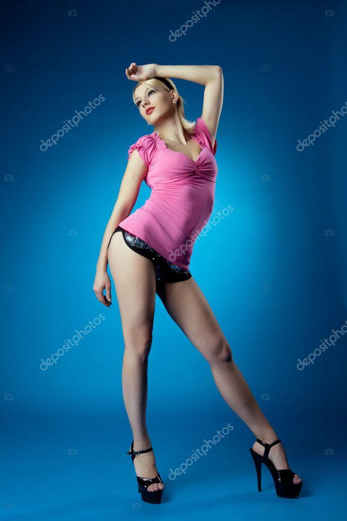 Szép nő pinup portré rózsaszín ruha kék — Stock Fotó © Wisky  9804329 ceba52d57a