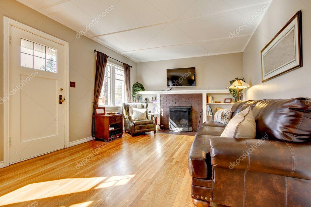 woonkamer met beige muren, lederen sofa en tv — Stockfoto ...