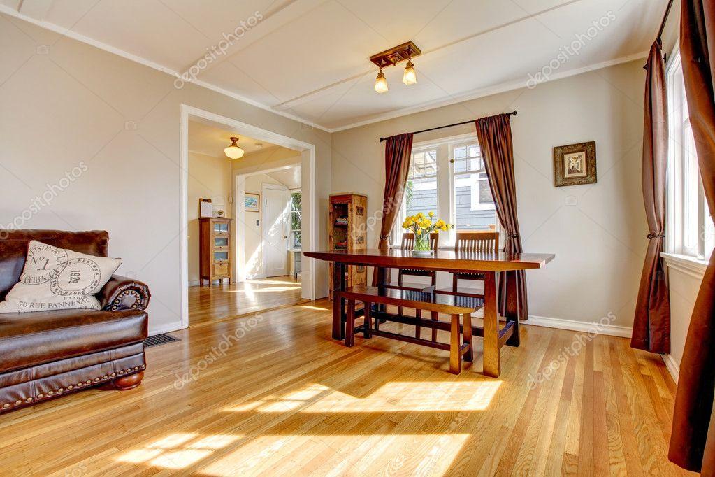 Fußboden Aus Leder ~ Wohn esszimmer mit braunen vorhang und hartholz fußboden