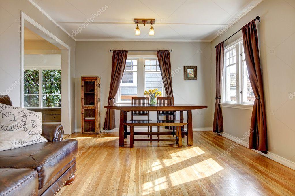 sala da pranzo con pavimento marrone tenda e pavimenti in legno ...