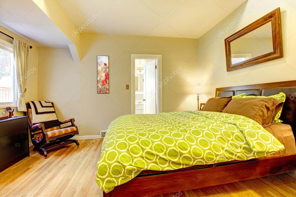Slaapkamer Groen Bruin : Moderne groen en beige slaapkamer met bruin bed u stockfoto