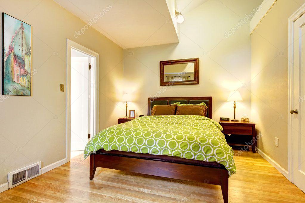 chambre moderne de verte et beige avec lit brun — Photographie ...