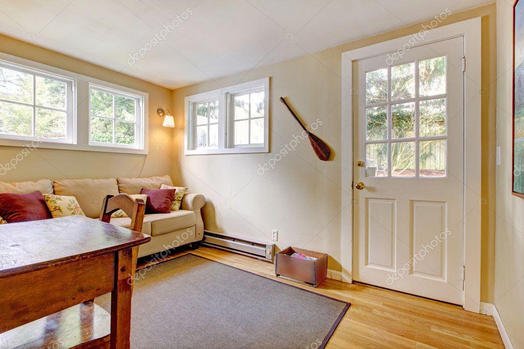 Sala com sof porta e mesa em cores naturais - Piso porta 2000 ...