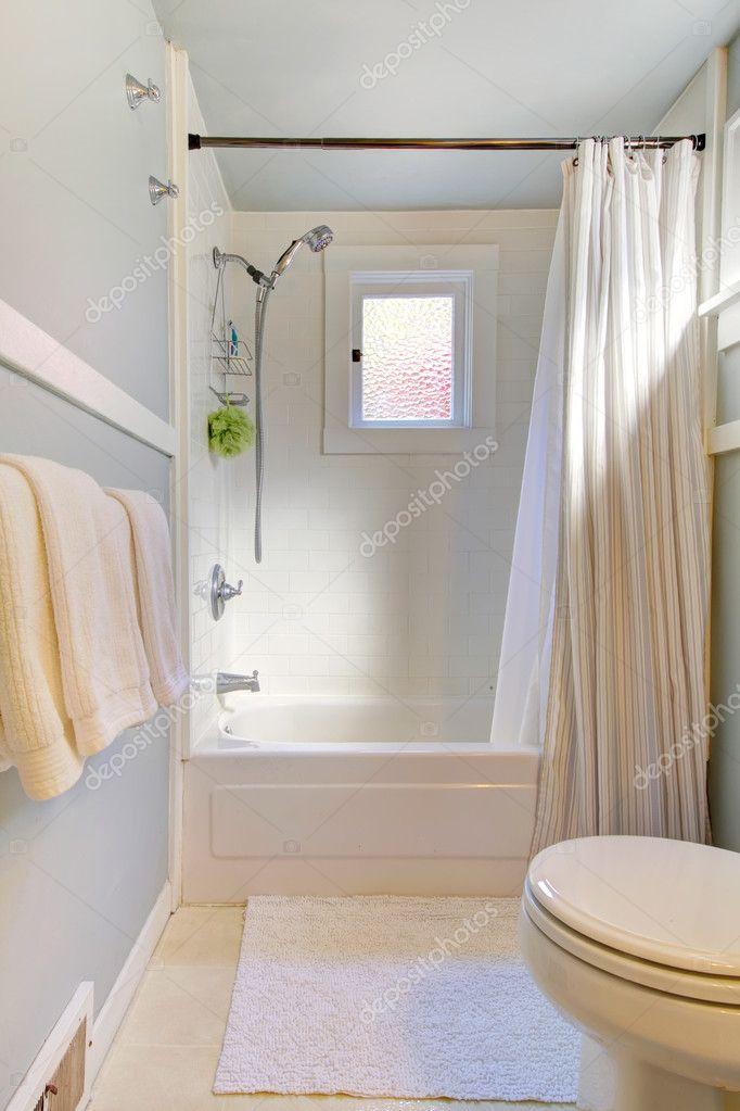 kleine blauwe badkamer met lichtgrijs / blauw — Stockfoto ...