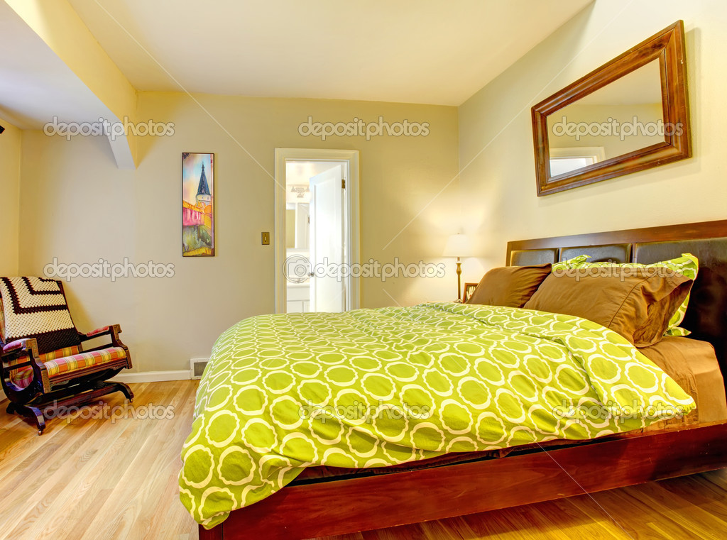 moderna camera da letto con letto verde luminoso diffuso — Foto ...