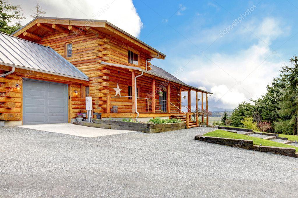 großes Blockhaus mit Veranda und garage — Stockfoto © iriana88w ...