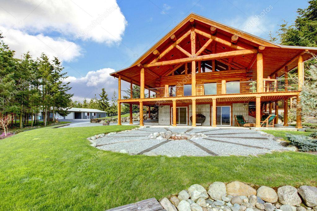 schöne amerikanische klassische Blockhaus mit Veranda. — Stockfoto ...