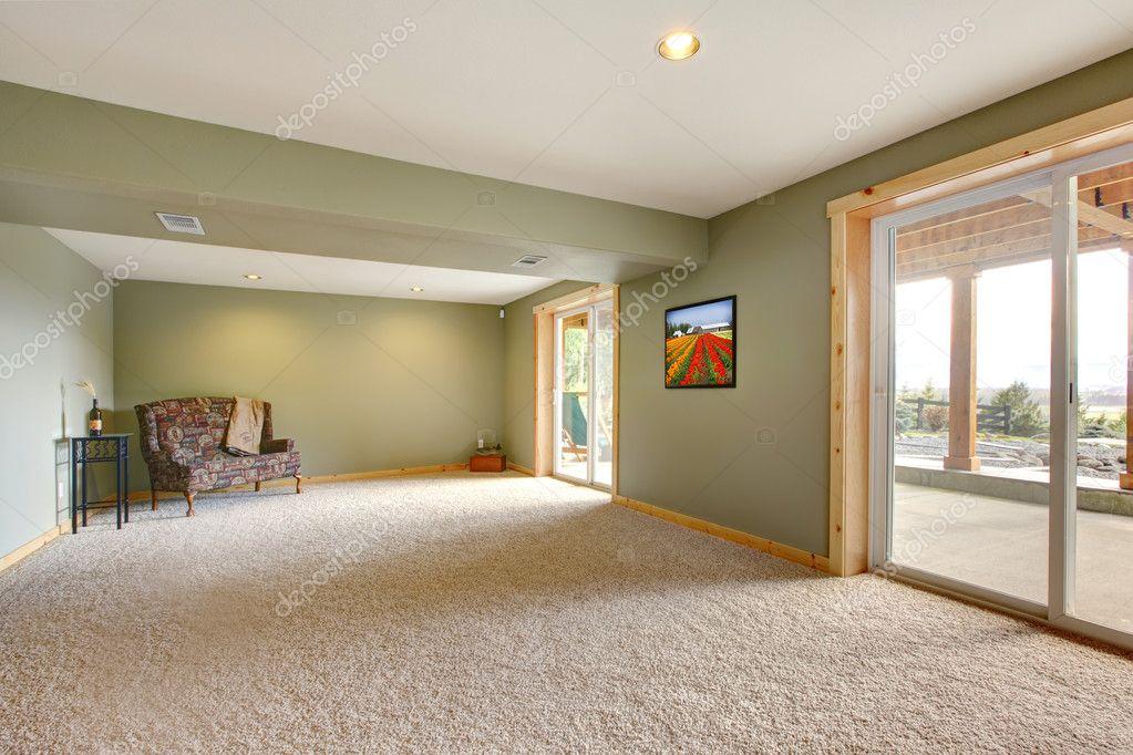 grondniveau grote nieuwe woonkamer met groene muren — Stockfoto ...
