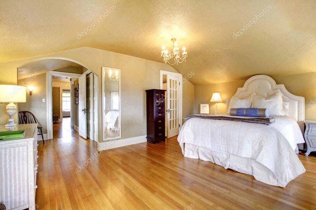 luxe elegante gouden slaapkamer interieur met witte beddengoed stockfoto