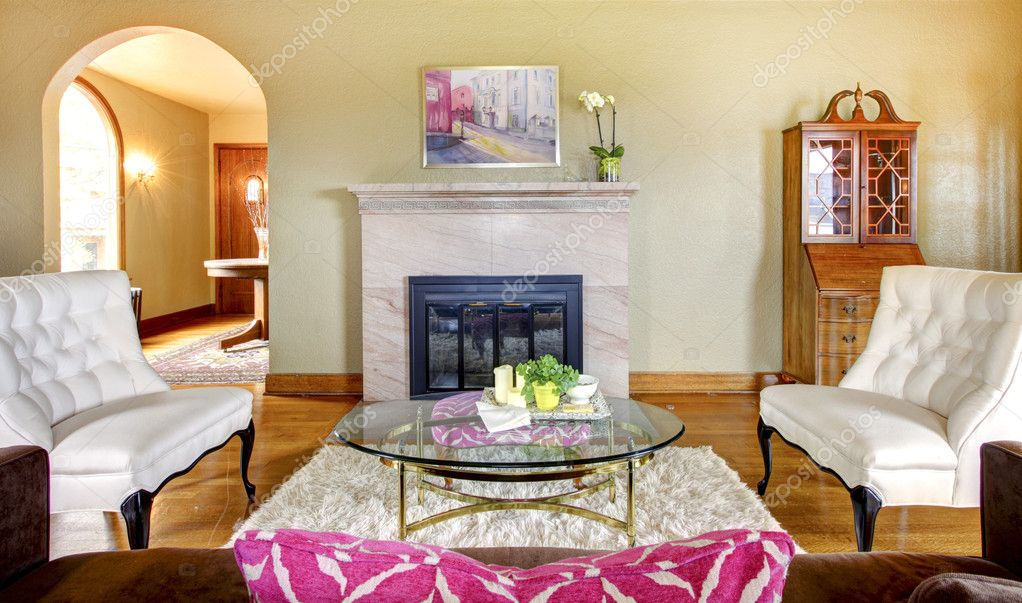 Elegante Gold Und Rosa Kamin Im Wohnzimmer Interieur Mit Weißen Stühlen U2014  Foto Von Iriana88w