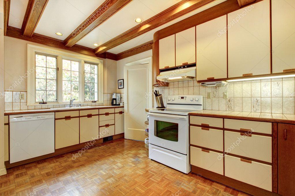 Alte Einfache Weiss Und Holz Kuche Mit Holzboden Stockfoto
