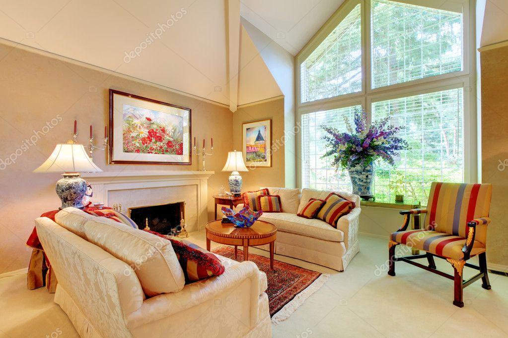 elegante luxe woonkamer met open haard en grote venster — Stockfoto ...