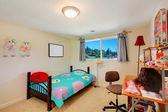 Fényképek lány gyerekek hálószoba ágy és íróasztal