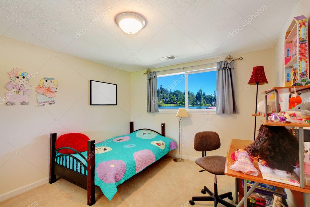 Mädchen Kinder Schlafzimmer mit Schreibtisch und Bett — Stockfoto ...