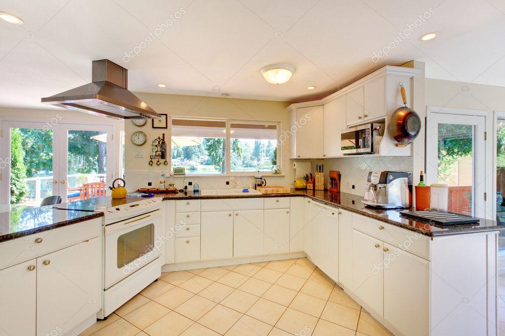 cuisine blanche avec un sol beige et fenêtre — Photographie ...