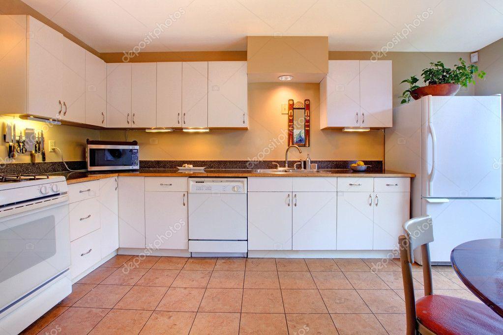 Gemütliche Küche weiße einfache und gemütliche küche stockfoto iriana88w 8873071