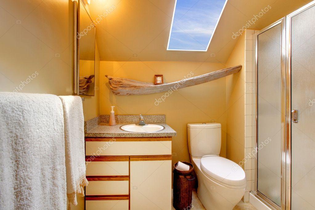 Dakraam In Badkamer : Gele eenvoudige badkamer met dakraam u stockfoto iriana w