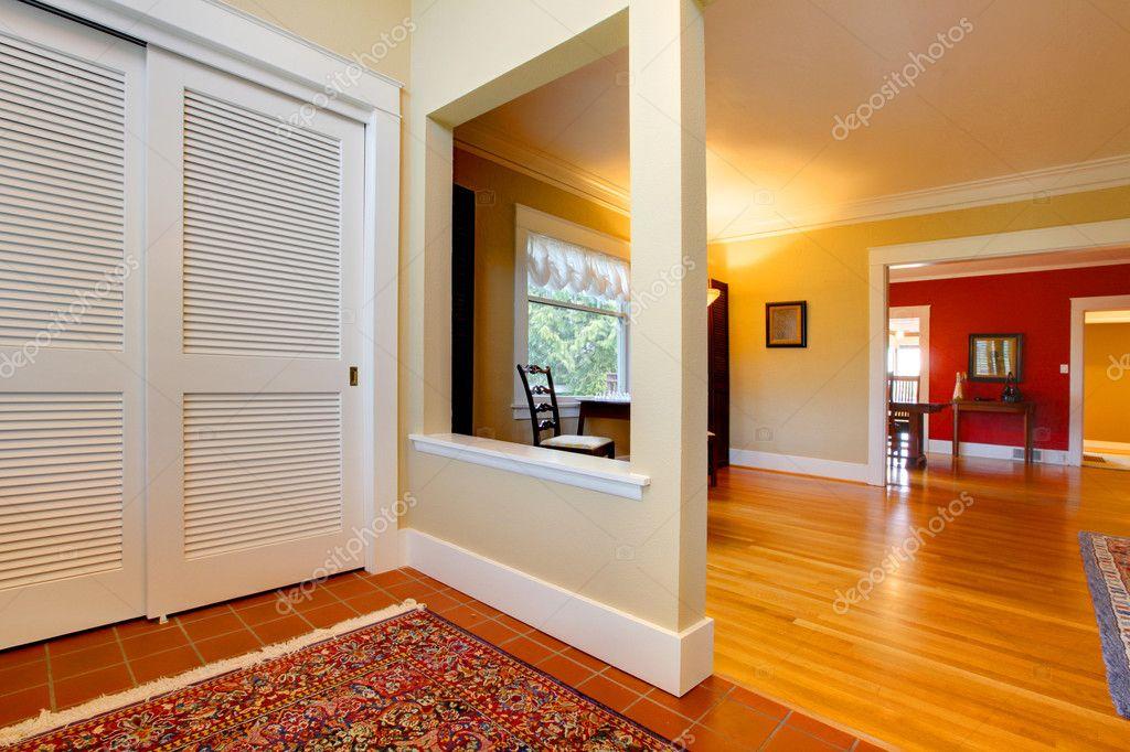 große offenen Flur und Wohnzimmer mit Rote Wand — Stockfoto #8874110