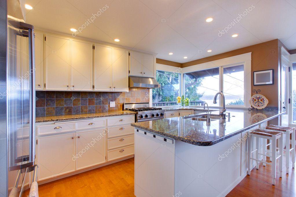 weiße große, luxuriöse Küche mit Eiche Boden — Stockfoto © iriana88w ...