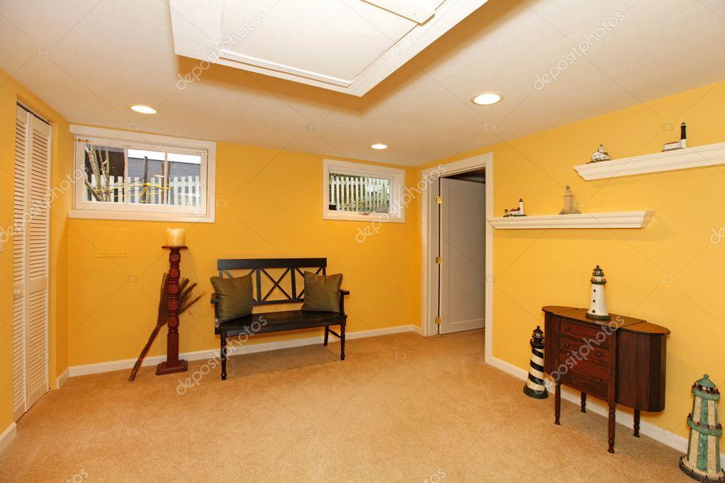 gelbe keller design mit schwarzer sitzbank stockfoto iriana88w 8874420. Black Bedroom Furniture Sets. Home Design Ideas