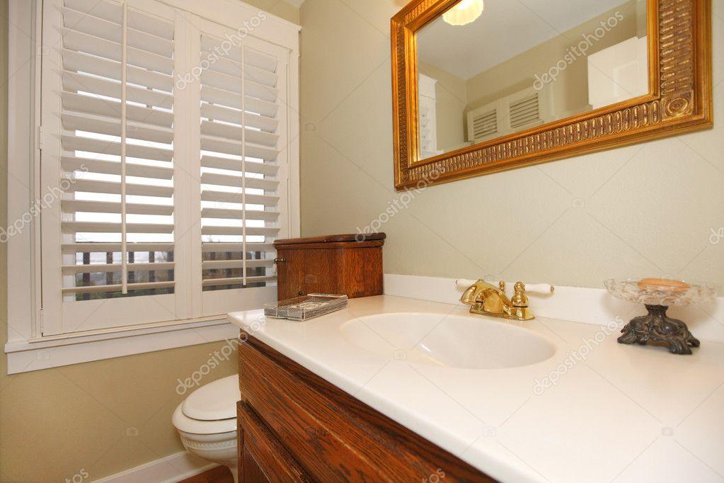 tropische klassische Badezimmer mit weißen Spüle — Stockfoto ...