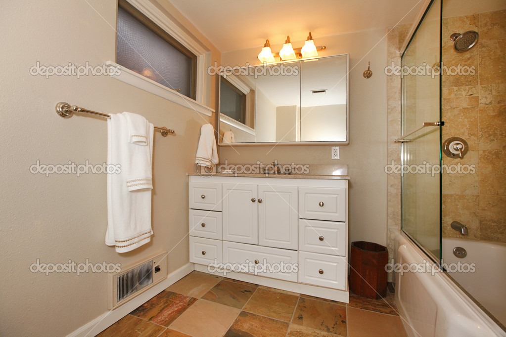 Luxe klassieke kelder badkamer met wit en beige u stockfoto