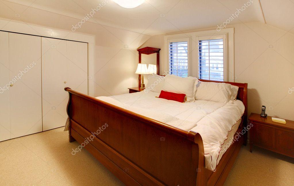 Mała Sypialnia Z Dużym łóżkiem Brązowy Zdjęcie Stockowe