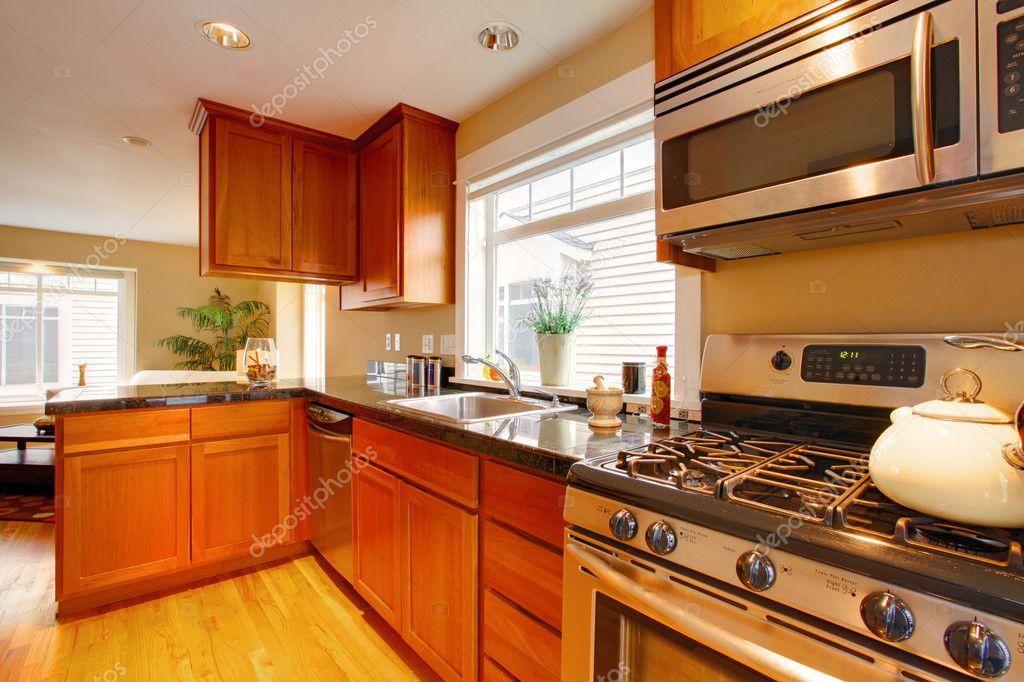 Kirsche moderne Küche mit Edelstahl-Geräte — Stockfoto © iriana88w ...