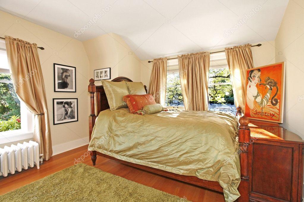 antieke slaapkamer met groene zijdeachtige bed — Stockfoto ...