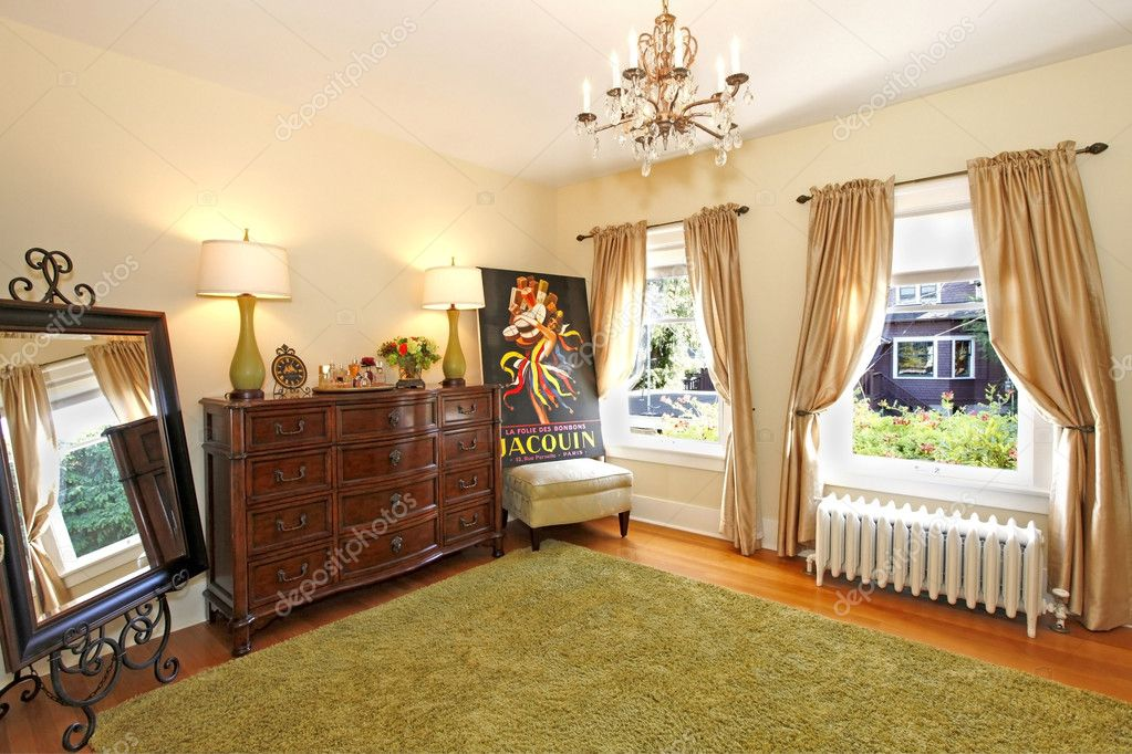 Gele Muur Slaapkamer : Slaapkamer muur met groene tapijt met gele muren u stockfoto