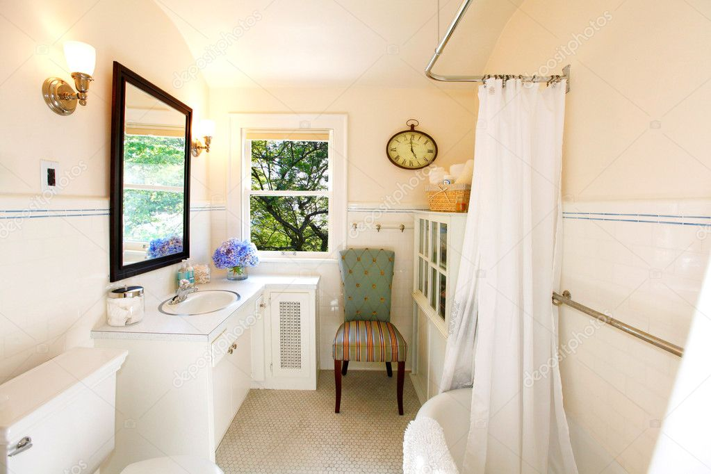 antieke badkamer met witte gordijn en frisse kijk — Stockfoto ...