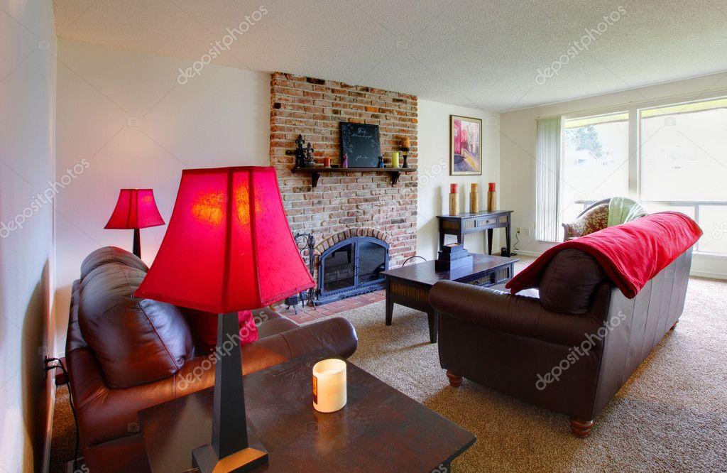 wohnzimmer mit rosa lampen und möbel aus dunklem braun ? stockfoto ...
