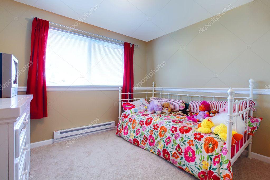 chambre avec lit fleuri de fille et pour les enfants — Photographie ...