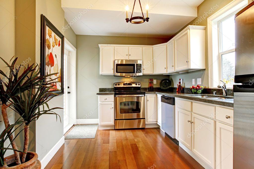 elegante weiße und grüne Küche mit Kirsche Boden — Stockfoto ...