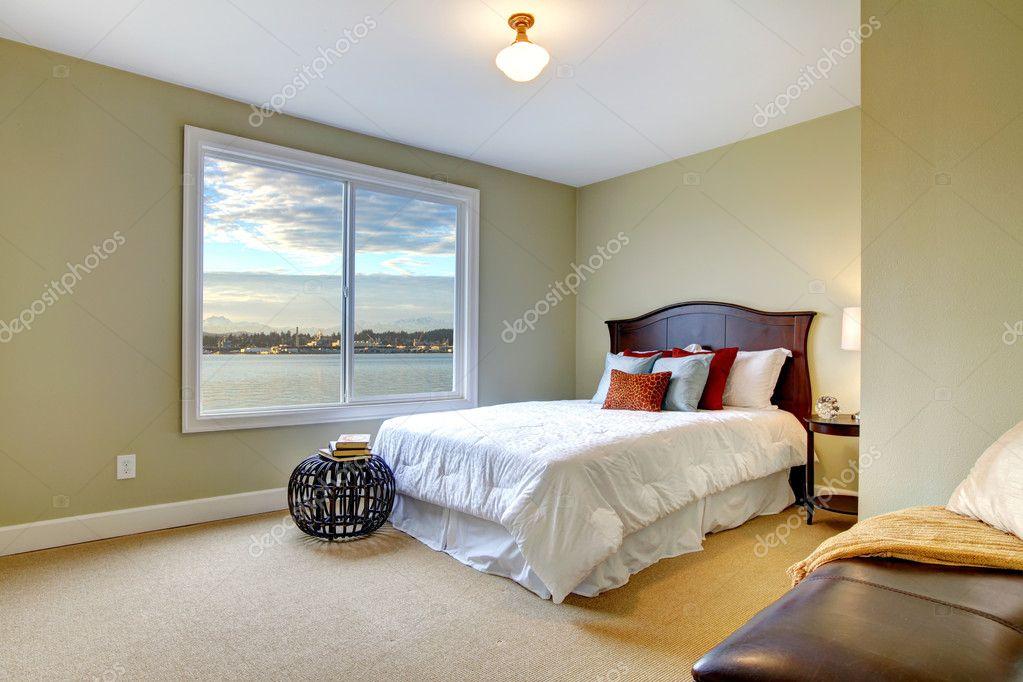 groene grote slaapkamer met uitzicht op de witte bed en water ...