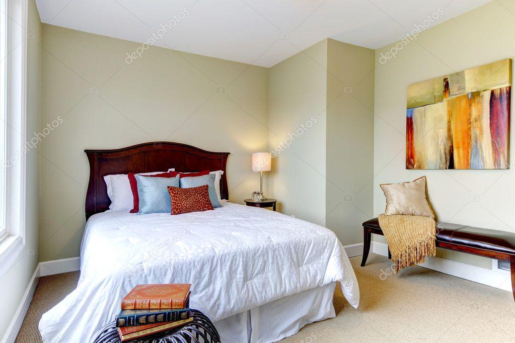 Schlafzimmer Mit Weißer Bettwäsche, Grüne Wände Und Schönes Dekor U2014  Stockfoto